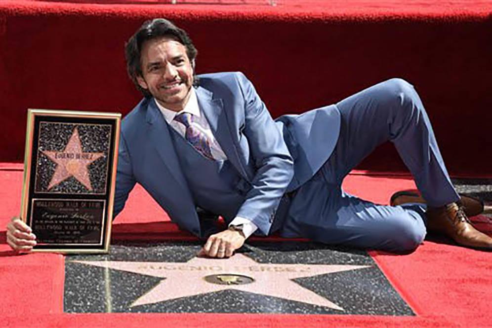 El comediante y director de cine mexicano Eugenio Derbez posa en esta foto de archivo, de marzo 10 del 2016, junto a su estrella en el Paseo de la Fama en Los Angeles, California. Ahora el 21 de m ...