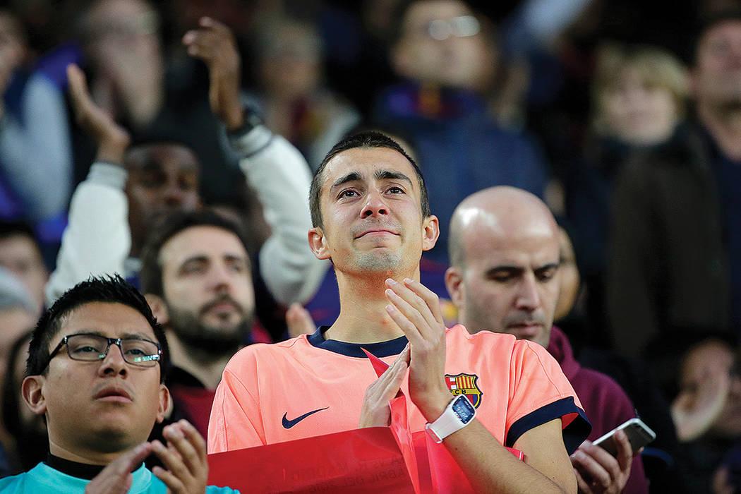 """Los aficionados aplauden durante un homenaje al fallecido holandés Johan Cruyff antes de un partido de la Liga española de fútbol entre Barcelona y el Real Madrid, apodado """"el clasico"""", en el e ..."""
