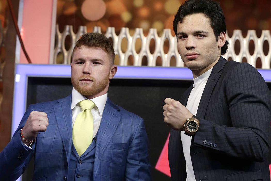 """Los boxeadores mexicanos Saúl """"Canelo"""" Alvarez, a la izquierda, y Julio César Chávez Jr., se presentan durante una conferencia de prensa en la ciudad de México, el lunes 20 de febrero de 2017. ..."""