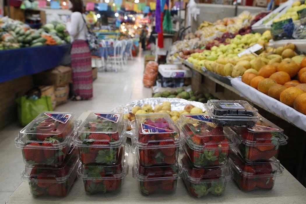 Las fresas envasadas se exhibirán en el stand de un vendedor de frutas y verduras en Mercado Medellín, en la Ciudad de México, el jueves 2 de febrero de 2017.   Foto de AP / Rebecca Blackwell