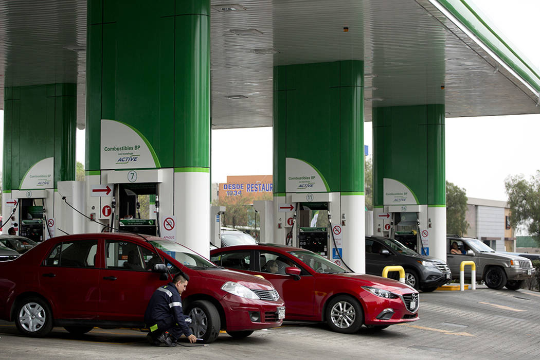 Un empleado de una gasolinera de BP atiende a un cliente en las afueras de la Ciudad de México, el sábado 11 de marzo de 2017. Los mexicanos se alineaban en la primera gasolinera privada operada ...