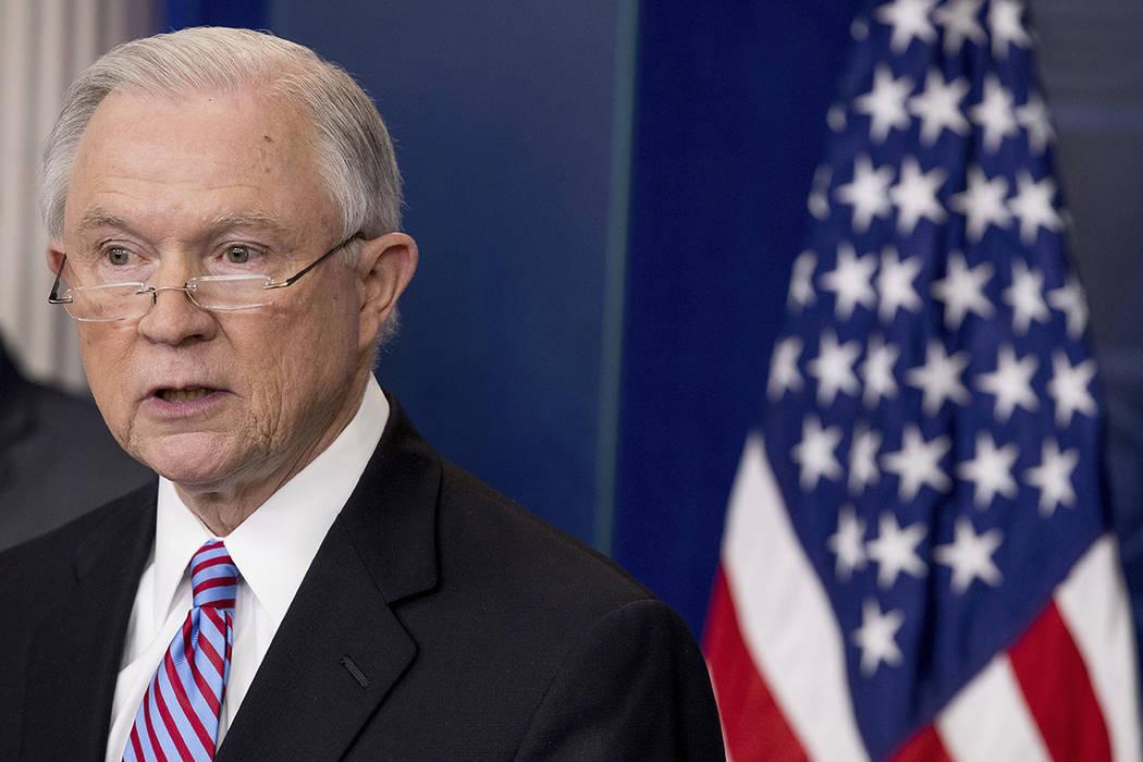 El Procurador General Jeff Sessions habla con los medios durante la rueda de prensa diaria en la Casa Blanca, el lunes 27 de marzo de 2017, en Washington. « Foto de AP / Andrew Harnik