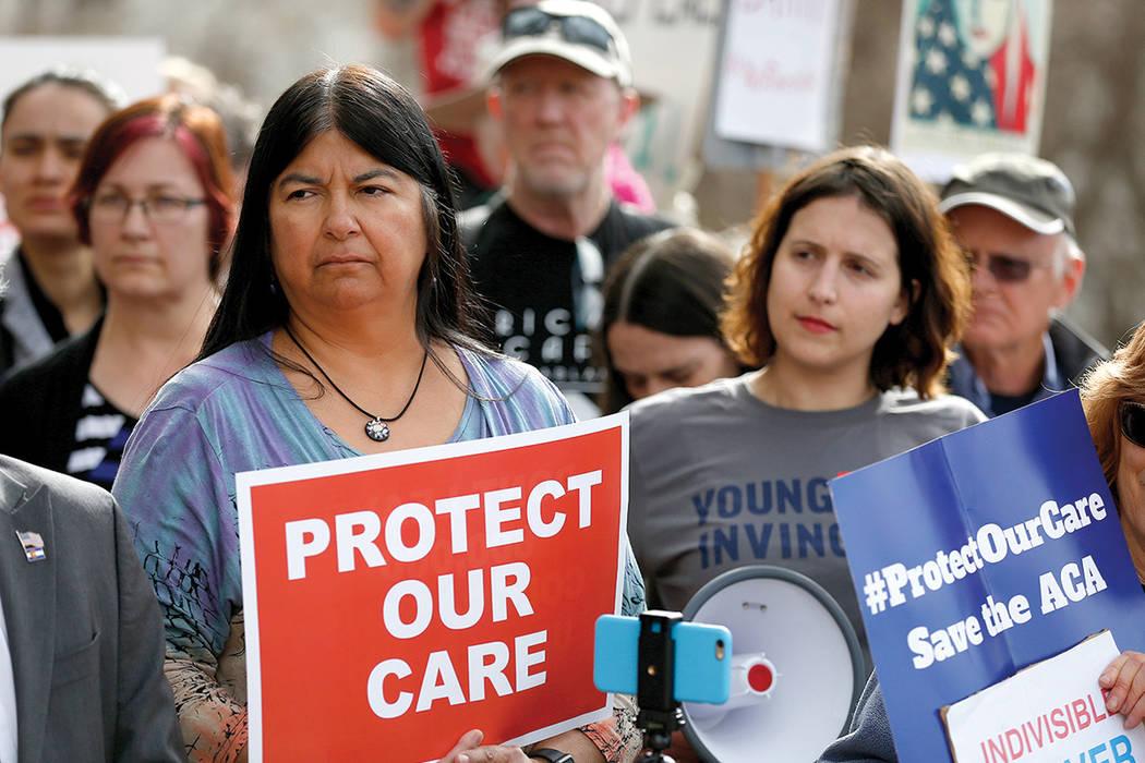 La senadora estatal Irene Aguilar, de izquierda, se une a la activista Christina Postolowski, del grupo Young Invincibles, como partidarios de la Ley del Cuidado de Salud a Bajo Precio que tambié ...