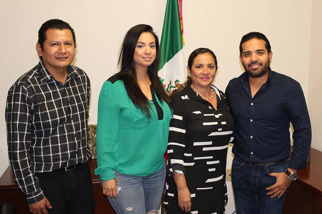 Guadalupe Loyo (3ra a la derecha) y su equipo de trabajo de Casa Guerrero, quienes atienden a sus paisanos en sus oficinas de lunes a sábado. Foto Cortesía