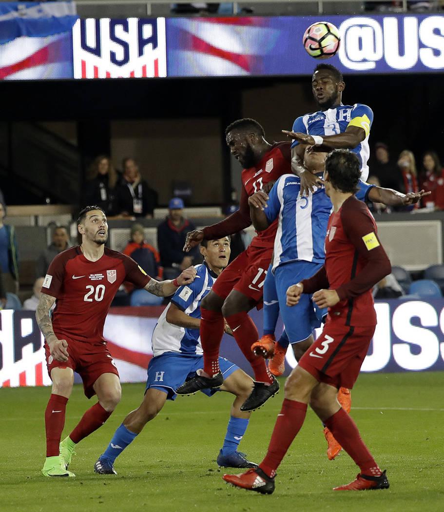 Maynor Figueroa de Honduras, lidera la primera mitad del partido de la Copa Mundial contra Estados Unidos el viernes 24 de marzo de 2017 en San José, California | Foto AP / Marcio José Sánchez