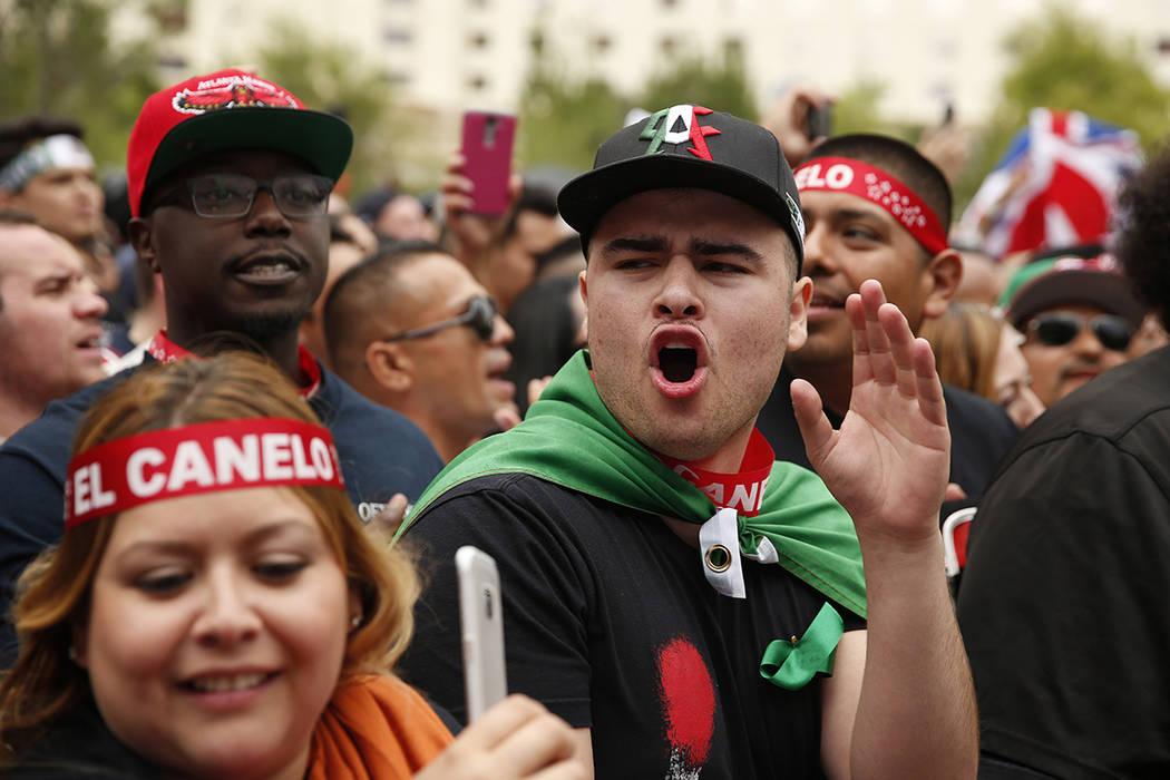 ARCHIVO. Los a cionados de Canelo Álvarez aplauden durante un pesaje el viernes 6 de mayo de 2016 en Las Vegas. Canelo Álvarez y Amir Khan están programados para luchar en una pelea de campeona ...