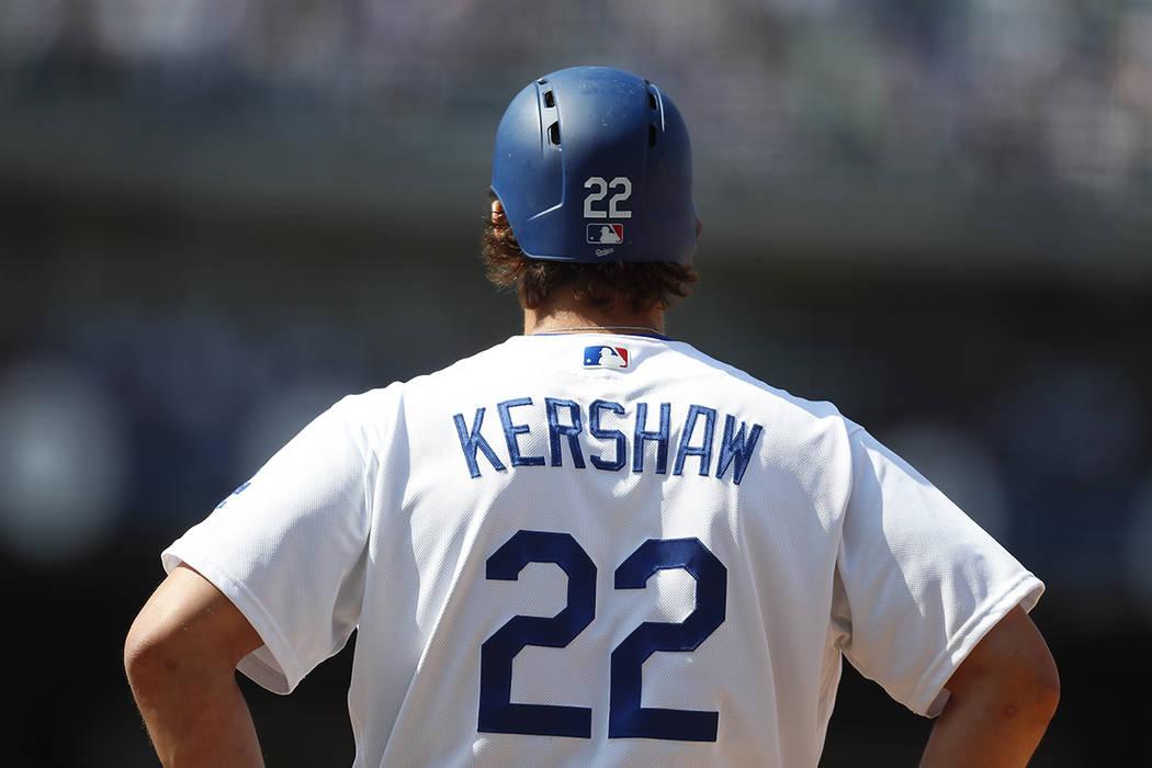 Clayton Kershaw de Los Angeles Dodgers se ve durante la quinta entrada de un partido de béisbol contra los Padres de San Diego, el lunes 3 de abril de 2017, en Los Ángeles.   Foto de AP / Ryan Kang