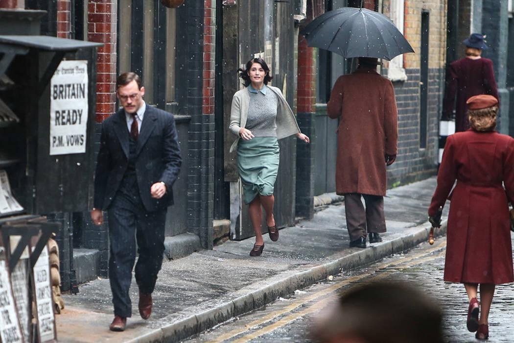 Their Finest Hour and a Half es una película basada en el libro publicado por Lissa Evans en 2009 y está protagonizada por Sam Clafin (Los Juegos del Hambre) y Lily James (Cenicienta, la serie d ...