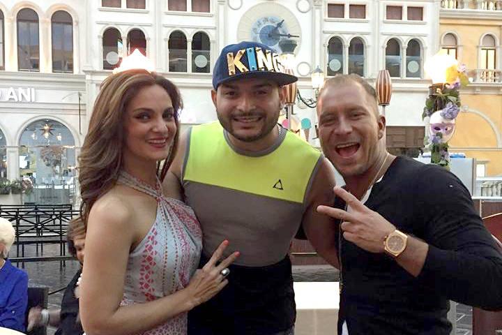 El mago (centro) con la actriz Mariana Seoane quien disfrutó su show en el Strip. Cortesía Joel Romero