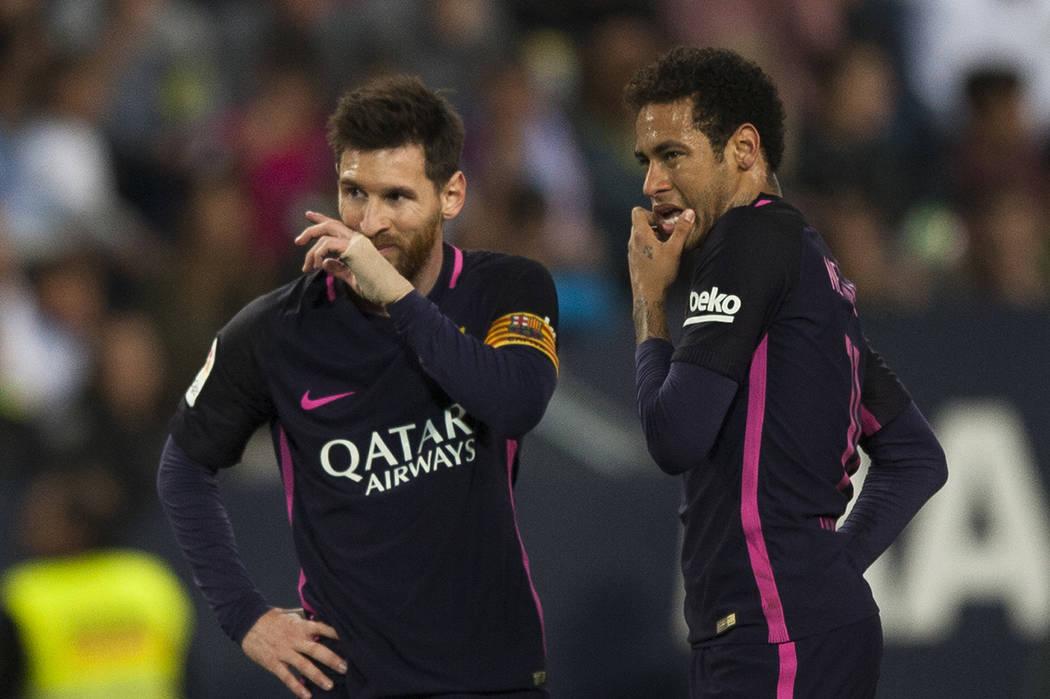 Lionel Messi, izquierda, y Neymar, a la derecha, del FC Barcelona, durante su partido ante el CF Málaga en un partido de la Liga española de fútbol entre Málaga y Barcelona en Málaga, España ...