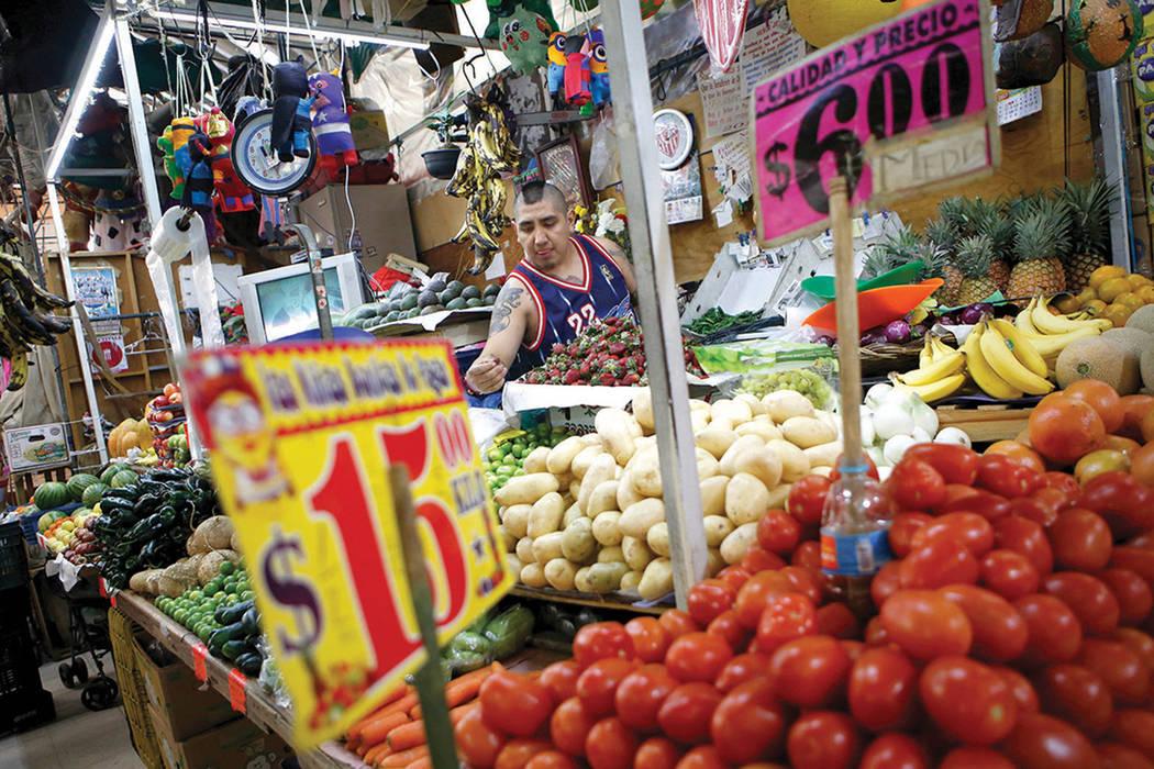 El comerciante Luis Alberto Bautista acomoda una fresas al inicio del día en su puesto de verduras en el Mercado Medellín en la Ciudad de México, el jueves 2 de febrero de 2017. México es el p ...