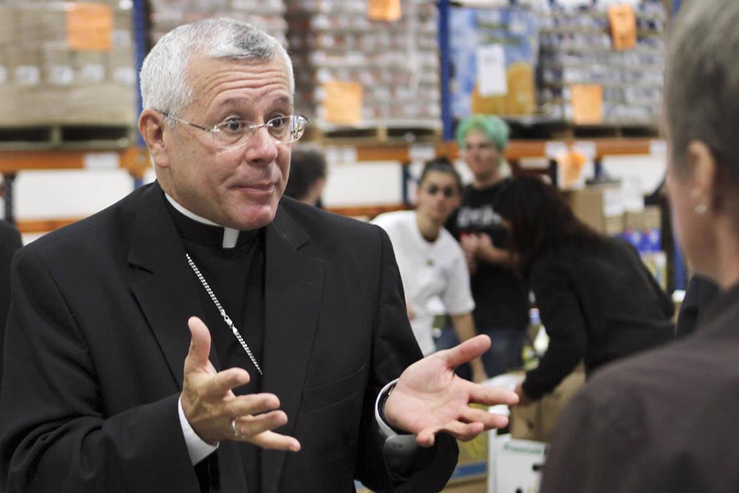 El obispo católico estadounidense Peter Libasci . | Foto AP/Jim Cole)
