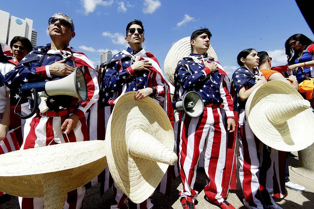 Julio Arellano y Brisa Arellano durante una protesta en el centro de Dallas, el domingo 9 de abril de 2017. Miles de personas marchan y se reúnen en el centro de la ciudad Dallas para pedir una r ...