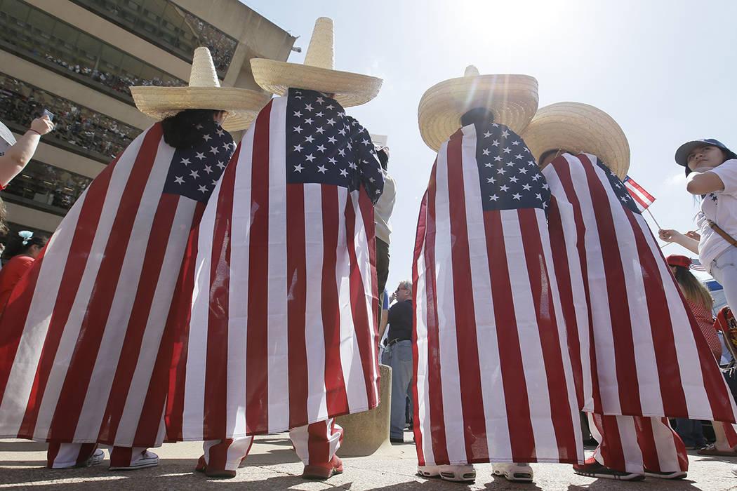Julio Arellano, Andrés Arellano y Arellano, y durante una protesta en el centro de Dallas, el domingo 9 de abril de 2017. Miles de personas marchan y se reúnen en el centro de Dallas para llamar ...