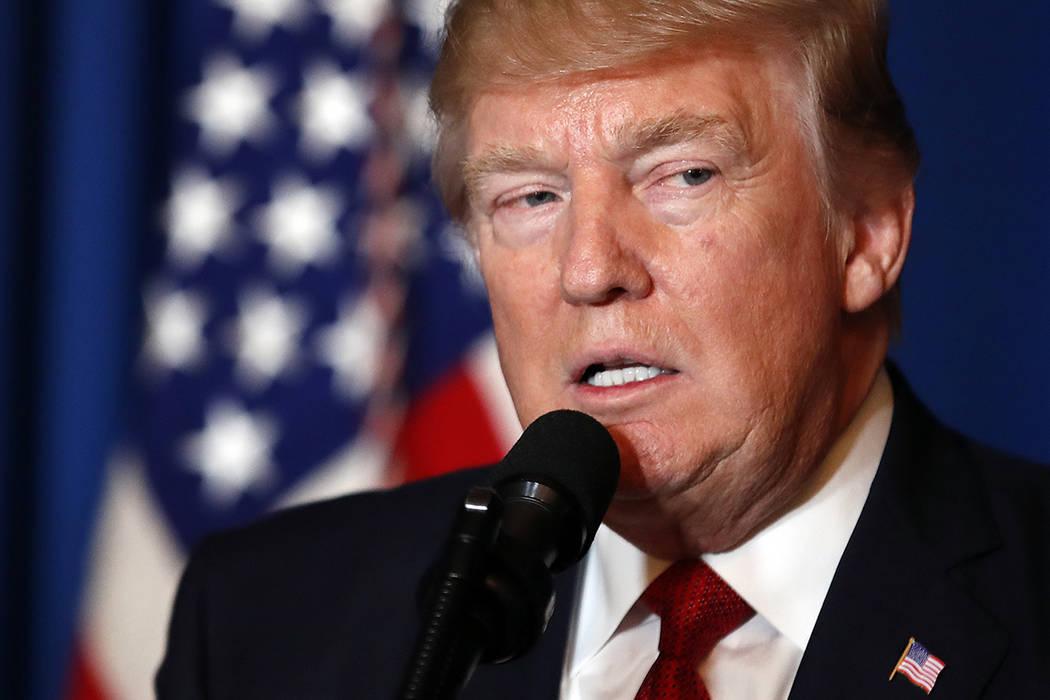 El presidente Donald Trump habla en Mar-a-Lago en Palm Beach, Florida, el jueves 6 de abril de 2017, después de que Estados Unidos lanzara una bomba de misiles de crucero a Siria el jueves por la ...