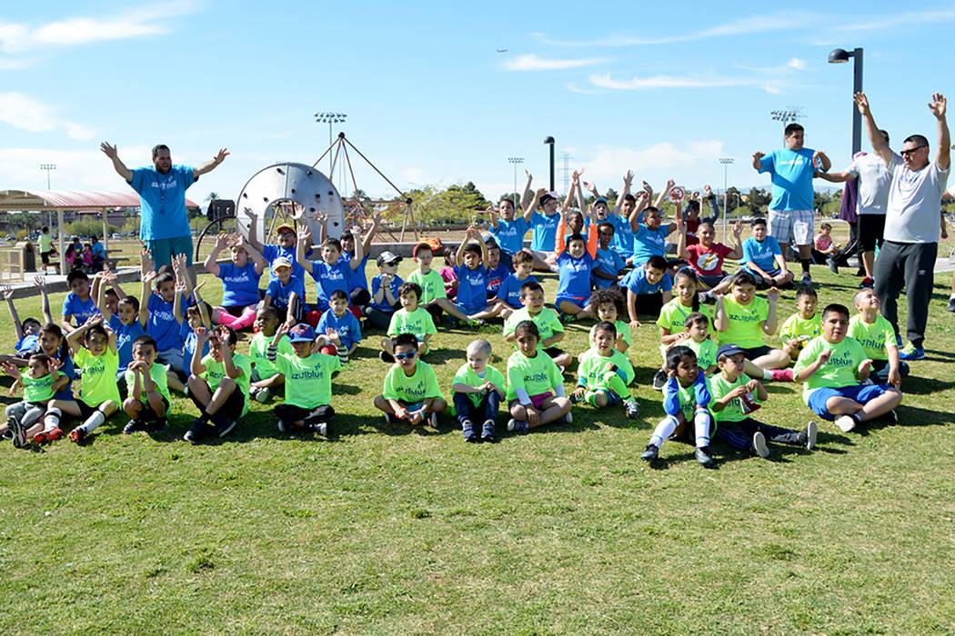 Actualmente son más de 75 familias, en su mayoría hispanas, las que se han unido a las actividades de la organización sin fines de lucro Azul Blue. Foto Cortesía Azul Blue