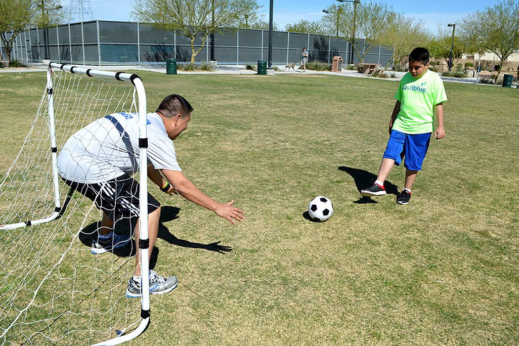 Luis Villalobos disfruta de una práctica de fútbol soccer con su hijo Mathew. Foto Cortesía Azul Blue