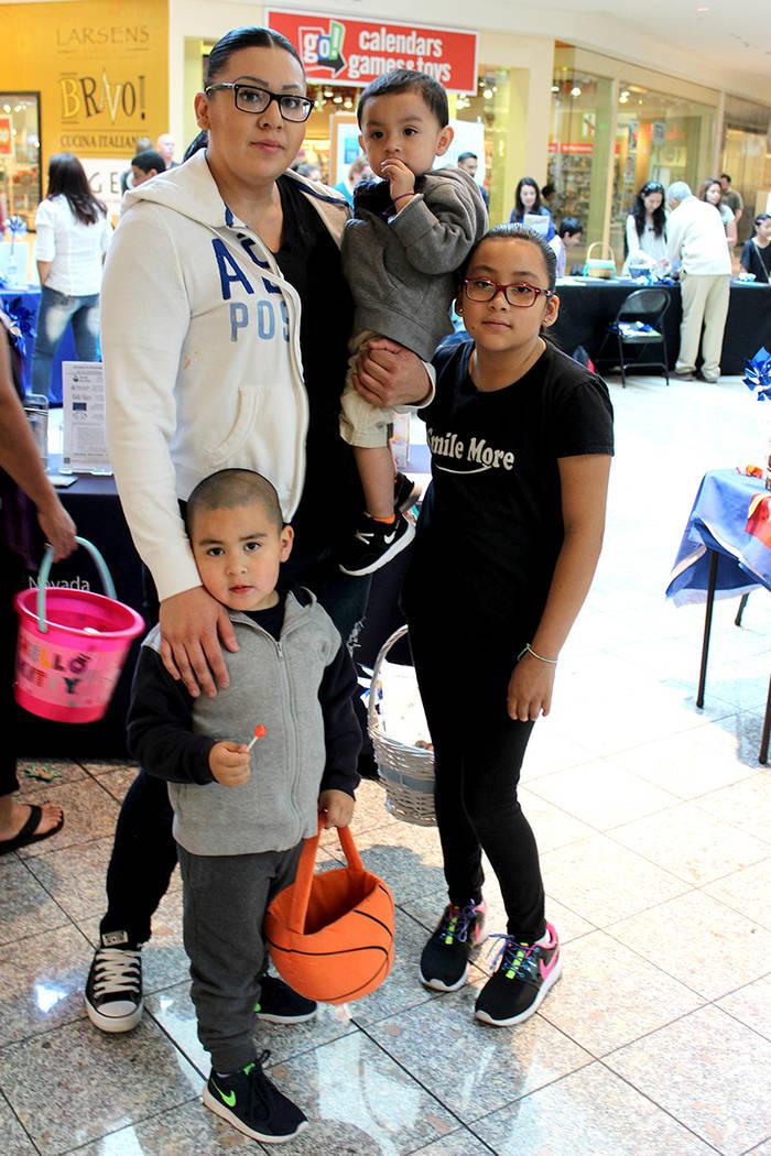 Los niños y padres, fueron superhéroes azules para celebrar el mes de la prevención del abuso, el sábado 8 de abril en Galleria Mall. | Foto El Tiempo/Cristian De la Rosa