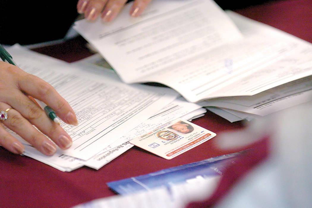 ARCHIVO. Voluntarios y trabajadores consulados ayudan a los salvadoreños a renovar la documentación sobre el estatus protegido temporal (TPS). | Foto AP/Phil McCarten