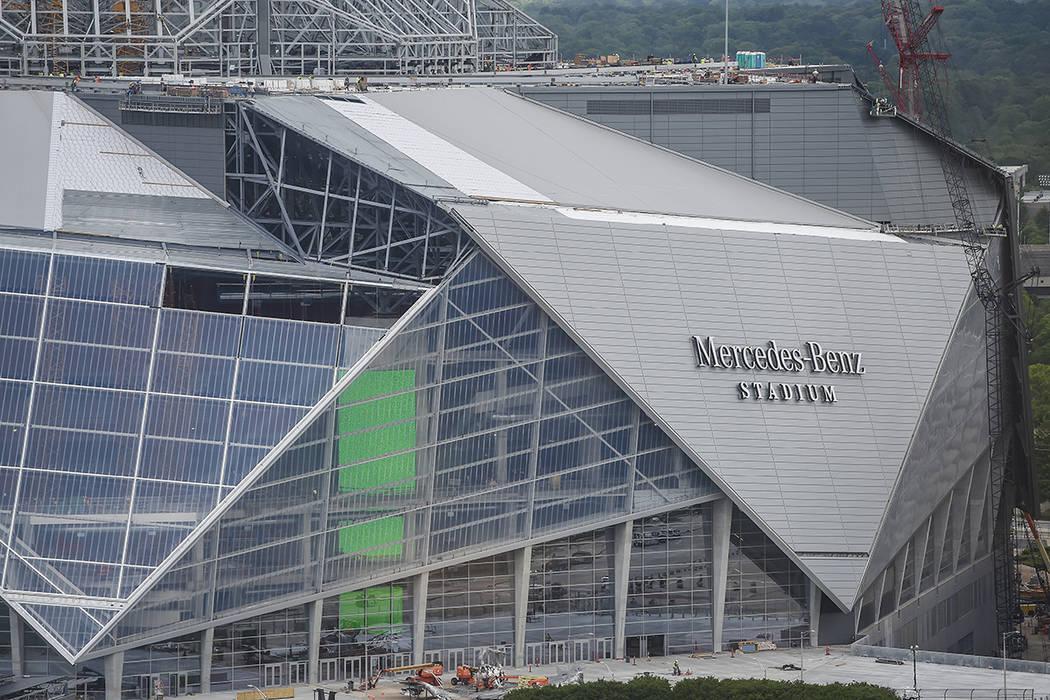 Grandes grúas trabajan durante el proceso de construcción en el nuevo estadio Mercedes Benz, el martes 18 de abril de 2017, en Atlanta. La apertura prevista del estadio de 1.500 millones de dól ...
