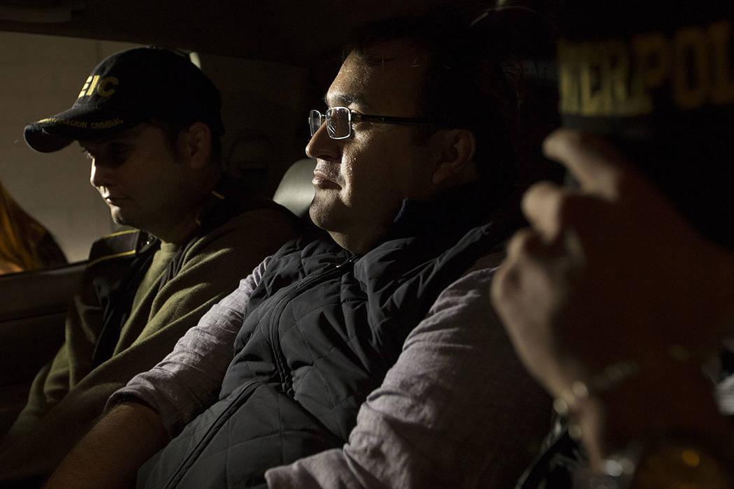 El ex gobernador del estado mexicano de Veracruz, Javier Duarte, es escoltado por agentes de la oficina local de Interpol dentro de un coche de policía a su llegada a la ciudad de Guatemala, el d ...