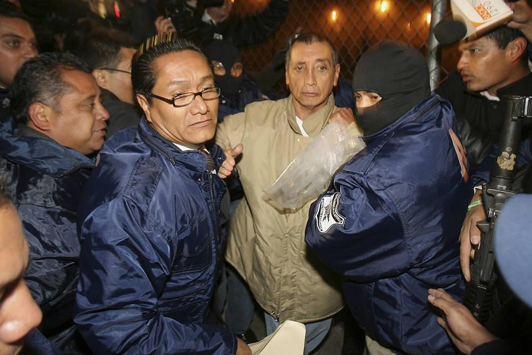 El ex gobernador del estado de Quintana Roo, Mario Villanueva, es arrestado momentos después de ser liberado de la prisión de máxima seguridad de El Altiplano en Almoloya de Juárez, México, e ...