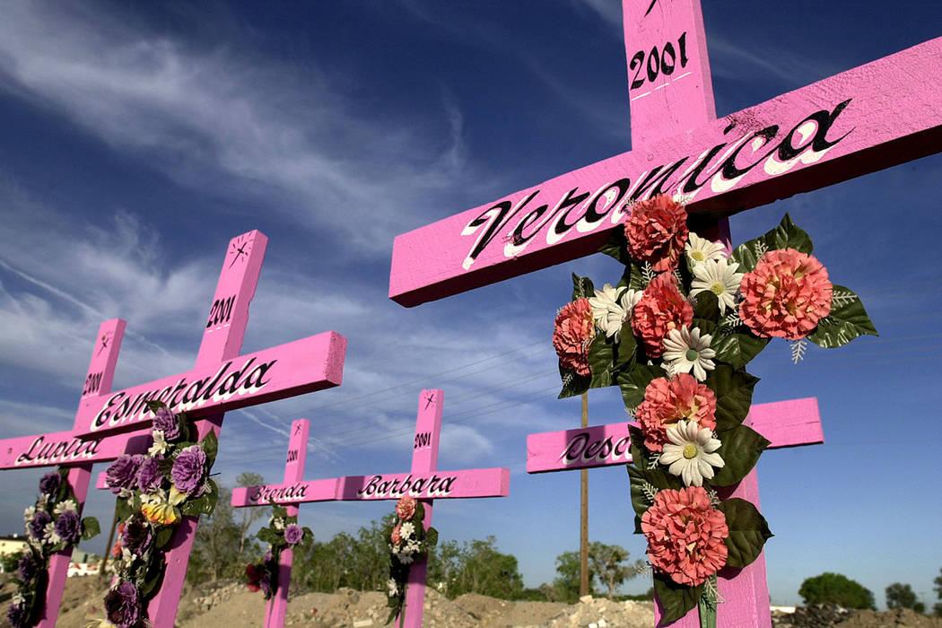 ARCHIVO. Un conjunto de cruces que conmemoran el lugar donde se encontraron los cuerpos de ocho mujeres jóvenes en 2001 en Ciudad Juárez, a 1800 km (1100 millas) al noroeste de la Ciudad de Méx ...
