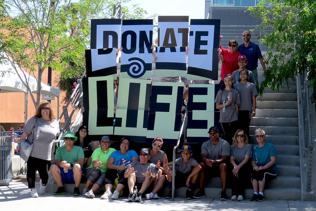 Algunos de los participantes se unieron para formar un mosaico y fomentar la donación de órganos. Sábado 15 de abril en UNLV. | Foto El Tiempo/Anthony Avellaneda.