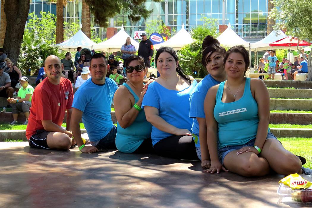 La señora Alma Cabrera y su familia se unieron a la Caminata de la Esperanza, ya que saben lo que es ser donantes y beneficiarios. Sábado 15 de abril en UNLV. | Foto El Tiempo/Anthony Avellaneda.