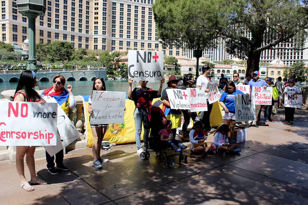 """La comunidad venezolana en Las Vegas se unió a la protesta pacífica """"No más"""", para manifestarse en contra del gobierno de Nicolás Maduro. Pidieron libertad de expresión y democracia para  ..."""