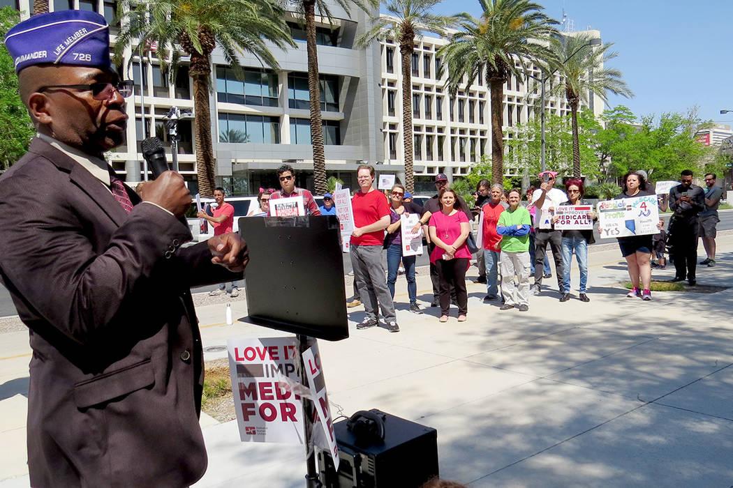 Decenas de personas se reunieron en las inmediaciones de la Corte Federal, para solicitar la aprobación de la propuesta de ley federal HR 676. Sábado 8 de abril en exterior de la Corte Federal.  ...