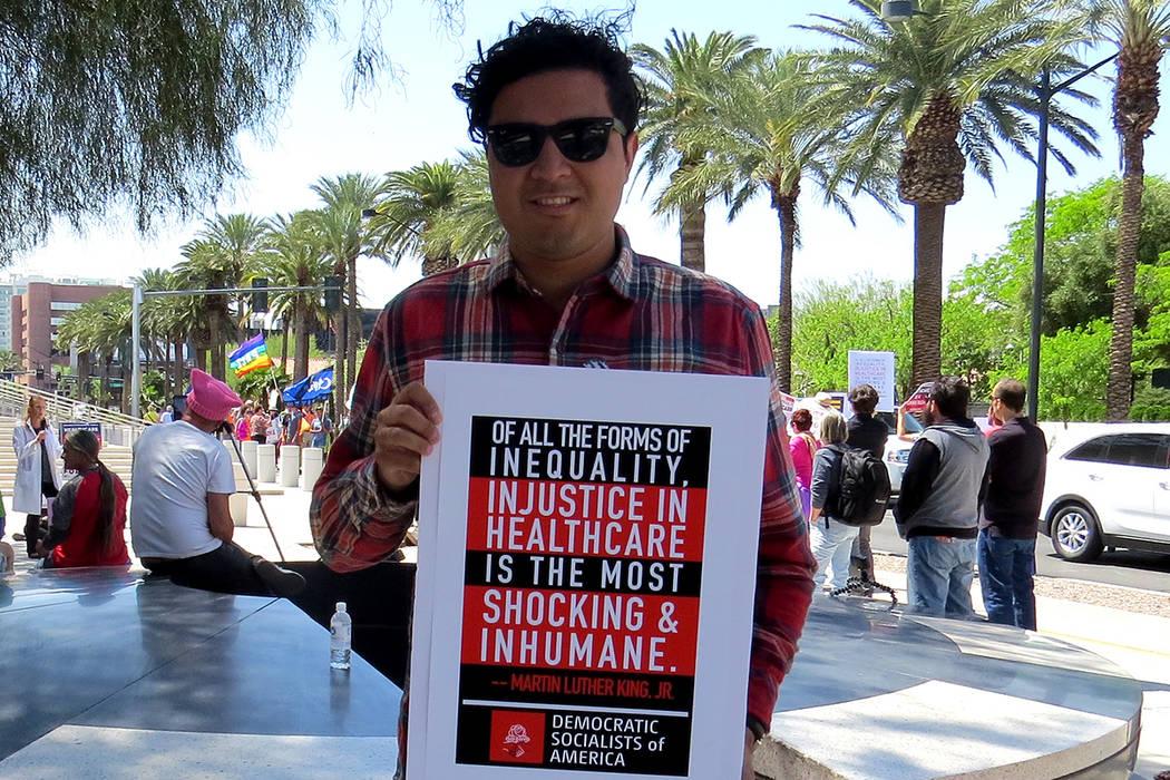 """""""Nos beneficia a todos, en particular a los miembros de la comunidad que son más marginalizados"""": Erik Ochoa, representante de Demócratas Socialistas de América. Sábado 8 de abril en exter ..."""