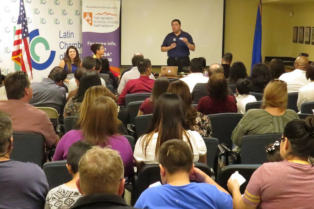 Decenas de padres de familia se orientaron sobre las Cuentas de Ahorro para la Educación, durante una reunión efectuada en la Cámara de Comercio Latina. | Foto El Tiempo/Anthony Avellaneda