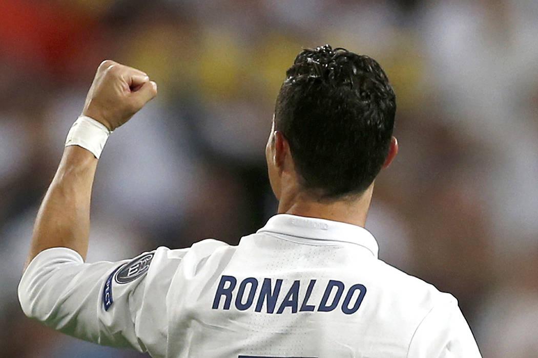 ARCHIVO- Cristiano Ronaldo, del Real Madrid, en el partido de ida de los cuartos de final de la Liga de Campeones entre el Real Madrid y el Bayern de Múnich en el estadio Santiago Bernabéu de Ma ...