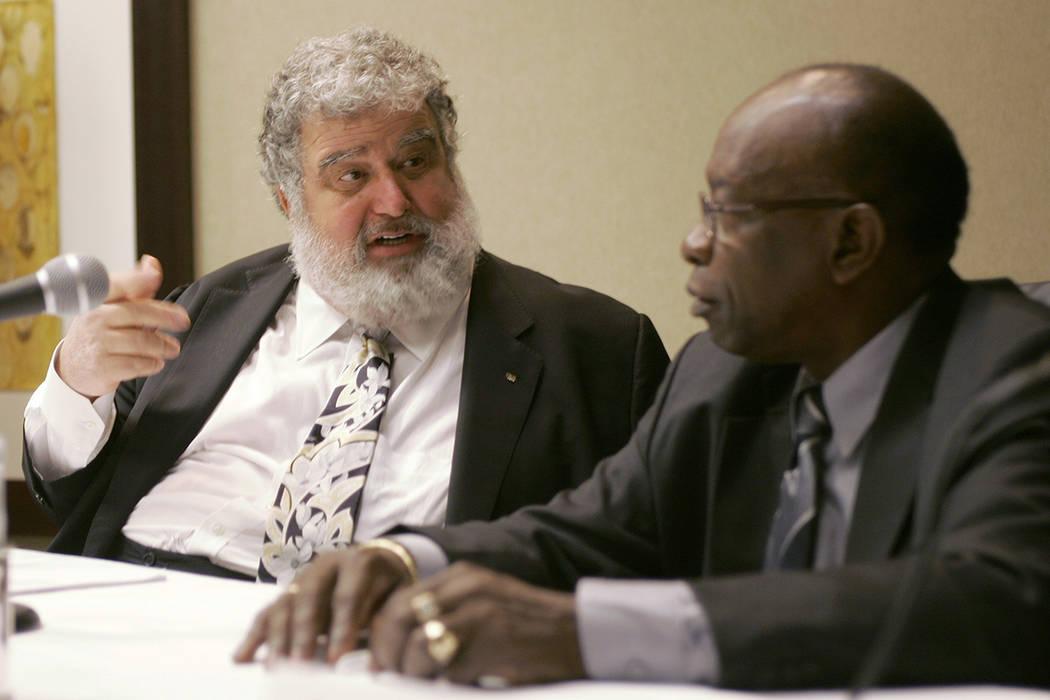 ARCHIVO - En esta foto de archivo del 28 de enero de 2008, el secretario general de CONCACAF, Chuck Blazer, salió y el presidente Jack Warner charlaba durante una conferencia de prensa en Miami.  ...