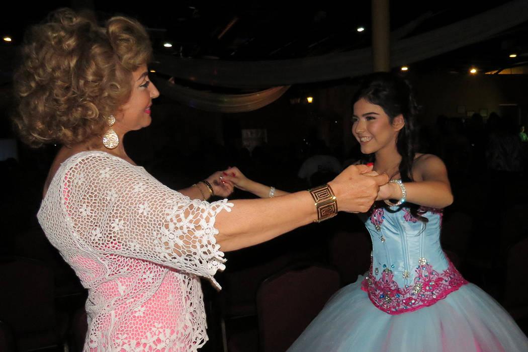 SC 1 Y 2: La señora Nohemí Quintero fue la madrina de este concierto de beneficencia encabezado por Sophia Camille. Viernes 21 de abril en el salón Elegante Banquet Hall. Foto El Tiempo