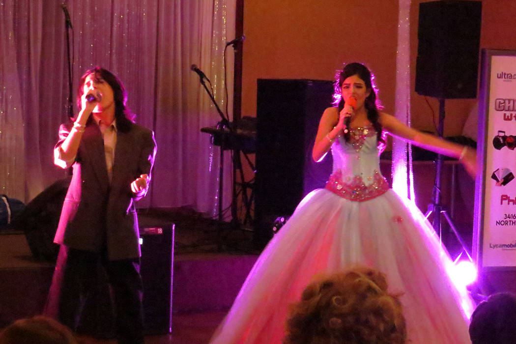 Sophia Camille contó con el apoyo de otros cantantes locales como Christopher Álvarez. Viernes 21 de abril en el salón Elegante Banquet Hall. Foto El Tiempo