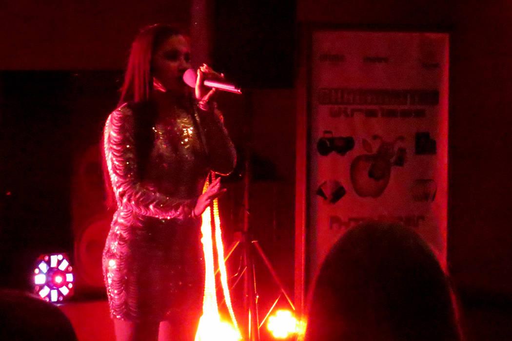 Yareli De León cautivó a los presentes interpretando el tema 'Como yo nadie te ha amado' de Yuridia. Viernes 21 de abril en el salón Elegante Banquet Hall. Foto El Tiempo