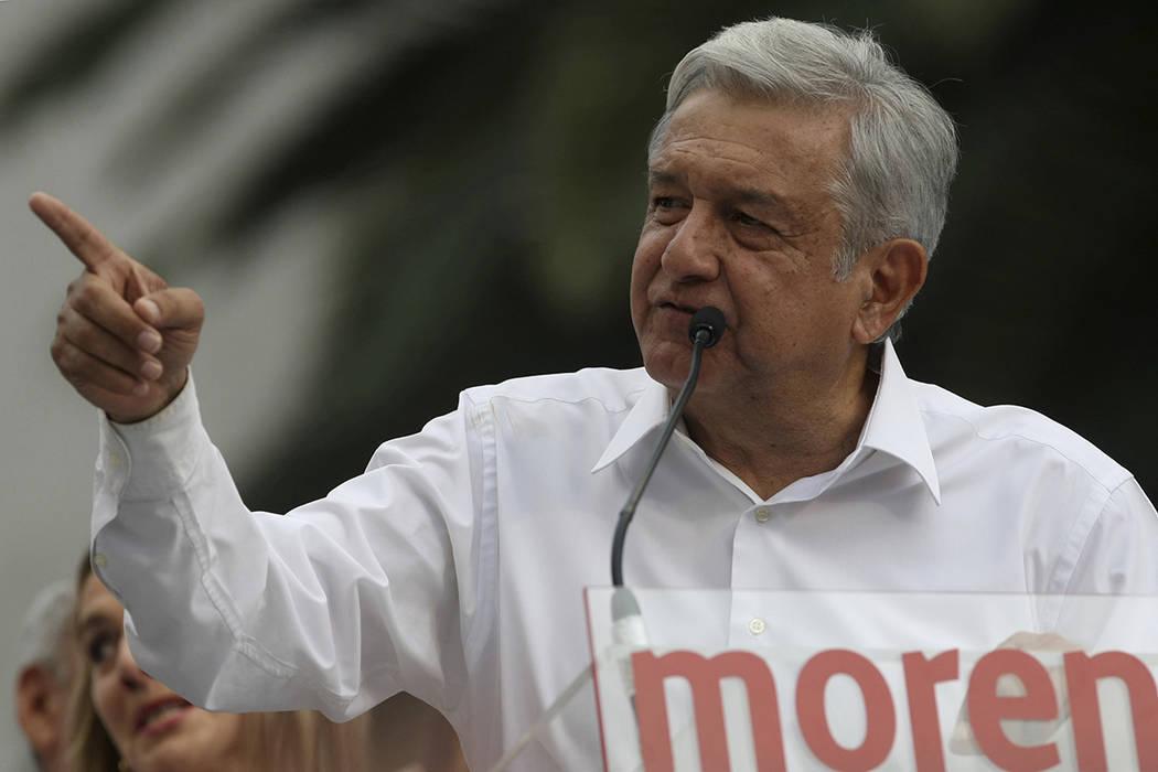 El candidato presidencial mexicano de 2018, Andrés Manuel López Obrador, líder del Movimiento de Regeneración Nacional, MORENA, habla durante una manifestación en el Monumento a la Revolució ...