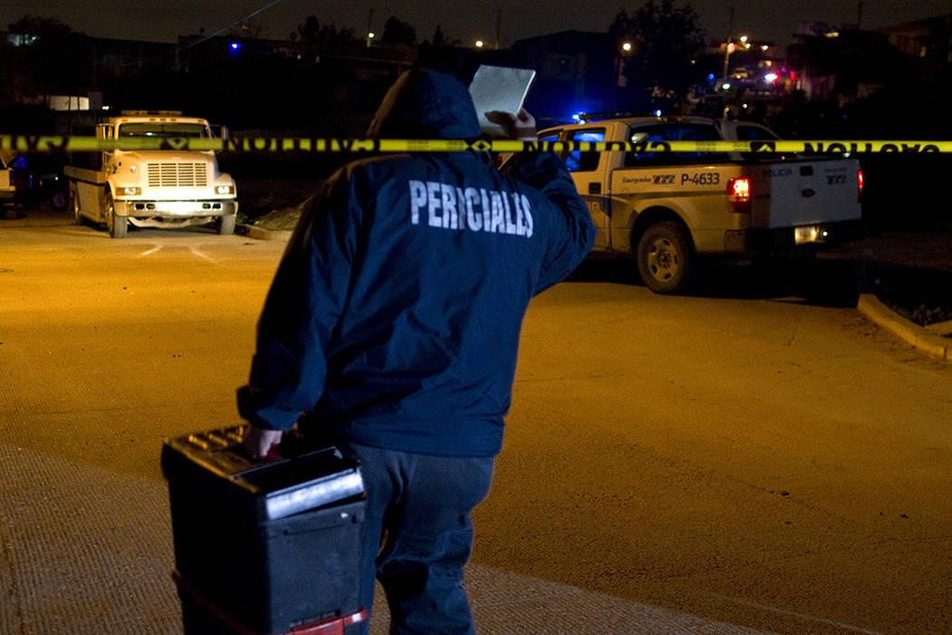 ARCHIVO. Un investigador forense llega a la escena del crimen donde un presunto pistolero fue asesinado durante una operación en Tijuana, norte de México, el viernes 7 de enero de 2011. | Foto A ...