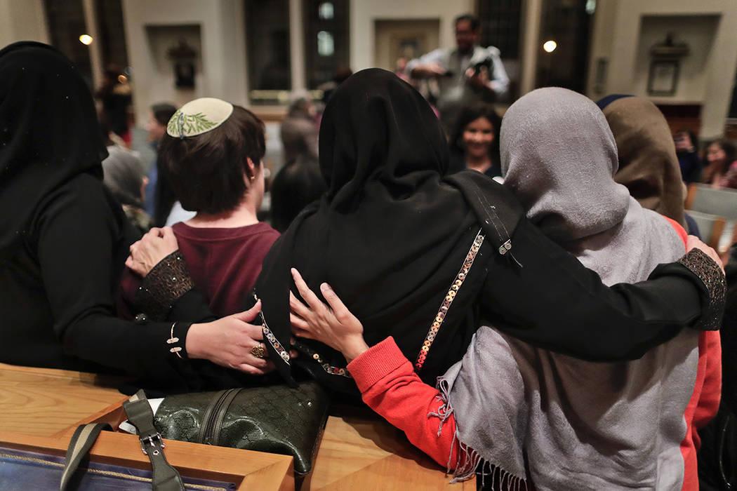 FOTO PARA ILUSTRAR. En esta foto del jueves, 16 de febrero de 2017, miembros de la Sisterhood Salaam Shalom, se reúnen para una foto de grupo después de una vigilia de unidad celebrada en el Sem ...