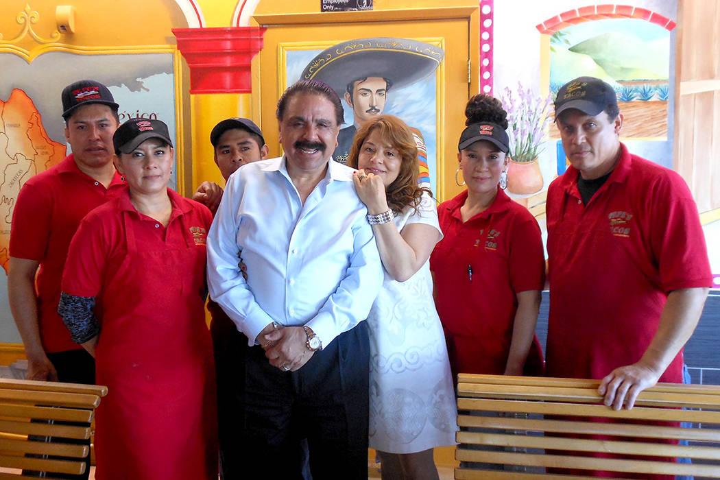 Al centro José Ceja, fundador de Pepe's Tacos, acompañado de su esposa Marta y algunos de sus trabajadores. Atrás se puede ver la imagen de Jorge Negrete y la parte norte del mapa de México. ...