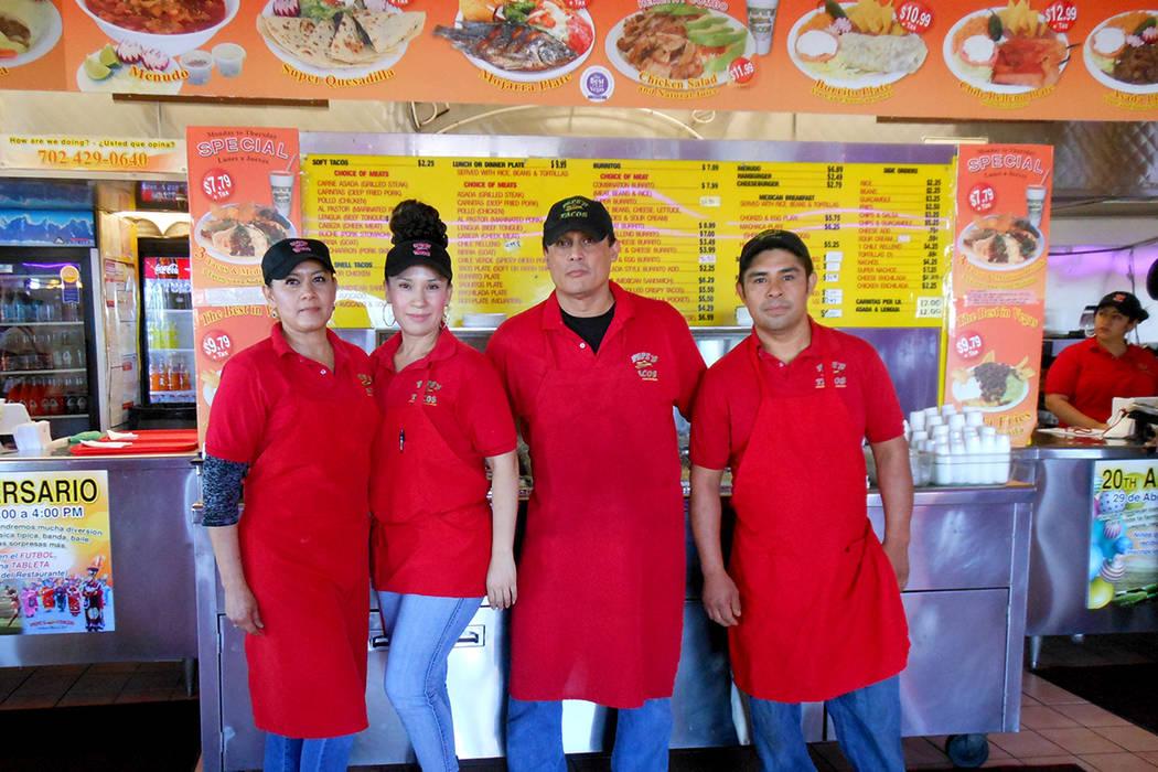 Guadalupe, Edith, Julio y Santiago, parte de la fuerza laboral de Pepe's Tacos – Decatur. | Foto El Tiempo/Valdemar González