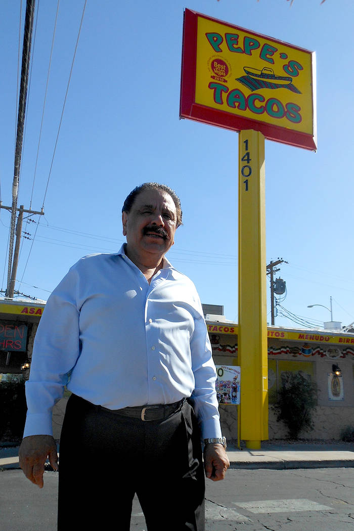 José Ceja, fundador de Pepe's Tacos, frente a su restaurant del 1401 N. Decatur. | Foto El Tiempo/Valdemar González