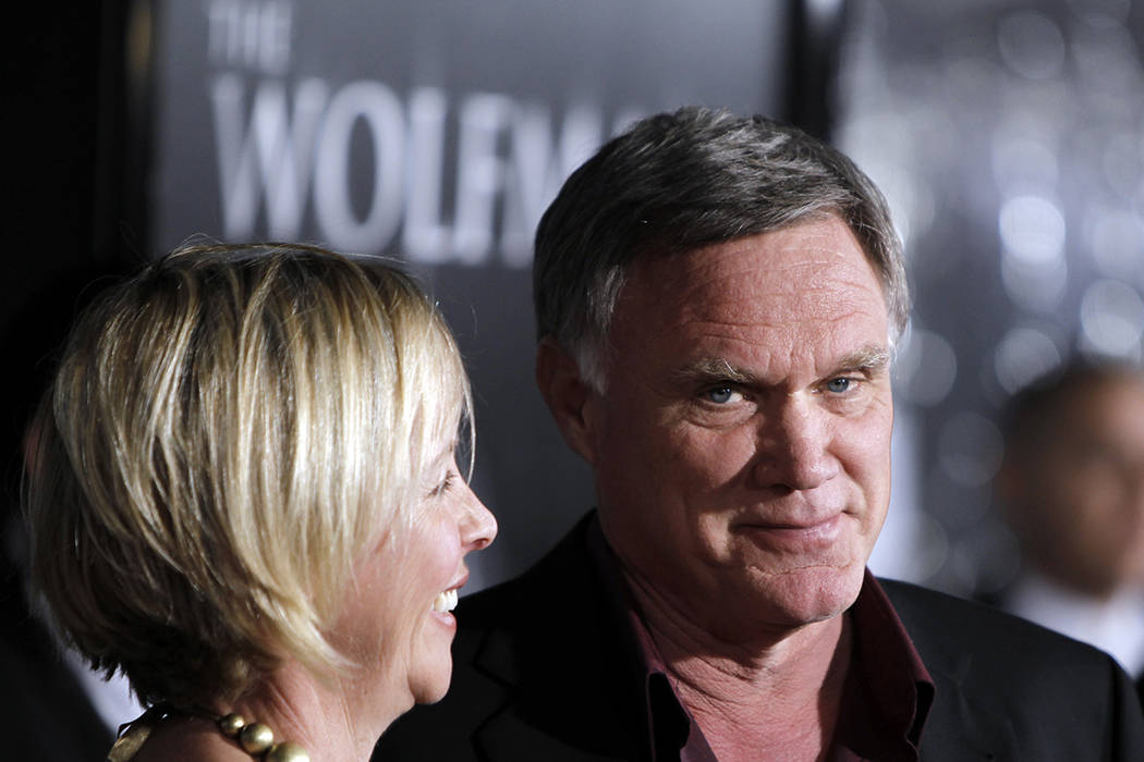 """ARCHIVO- Director Joe Johnston, right, and his wife, Lisa, arrive at the premiere of """"The Wolfman"""" in Los Angeles on Feb. 9, 2010. 