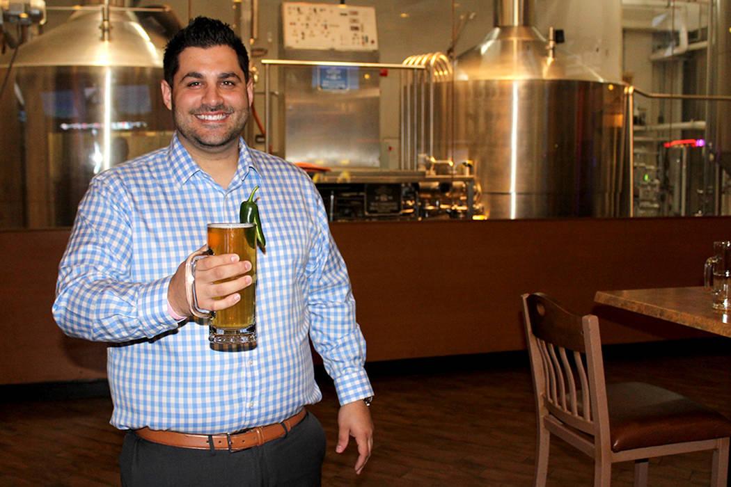 """El gerente de Barley's Jonathan Veltri, dijo que de la cerveza conmemorativa """"De Mayo"""" se crearon 50 barriles de la cerveza con motivo de la celebración del Cinco de Mayo.   Foto El Tiempo/ ..."""