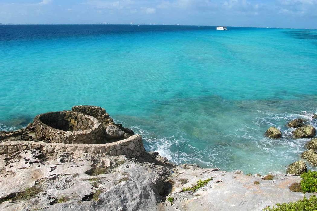 Isla Mujeres, es una pequeña isla de 5 millas de largo, media milla de ancho, a sólo media hora de ferry a través de Cancún, con mucho menos visitantes y un ambiente mucho más tranquilo y rom ...