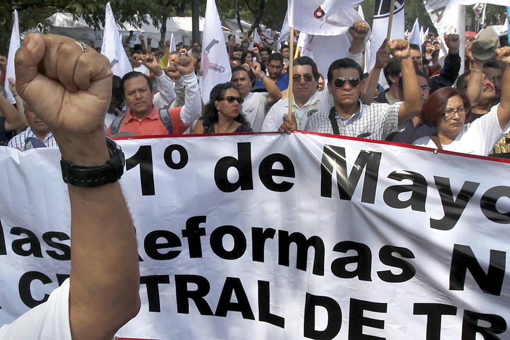 Trabajadores marchan durante el Día del Trabajo en Ciudad de México, el lunes 1 de mayo del 2017. | Foto AP/Marco Ugarte