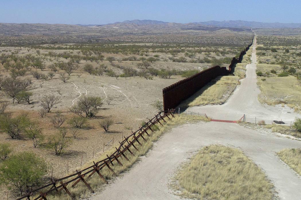Una vista drone de la cerca de la frontera de los EEUU-México fuera de Nogales, Arizona, sábado, 1 de abril de 2017. | Foto AP/Brian Skoloff.