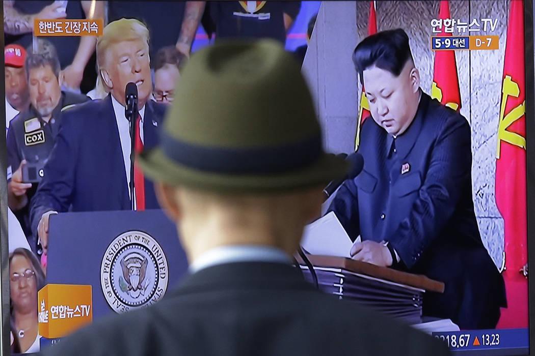 Una pantalla de televisión muestra imágenes del presidente de los Estados Unidos, Donald Trump, a la izquierda, y el líder norcoreano Kim Jong Un, durante un noticiario en la estación de Seúl ...